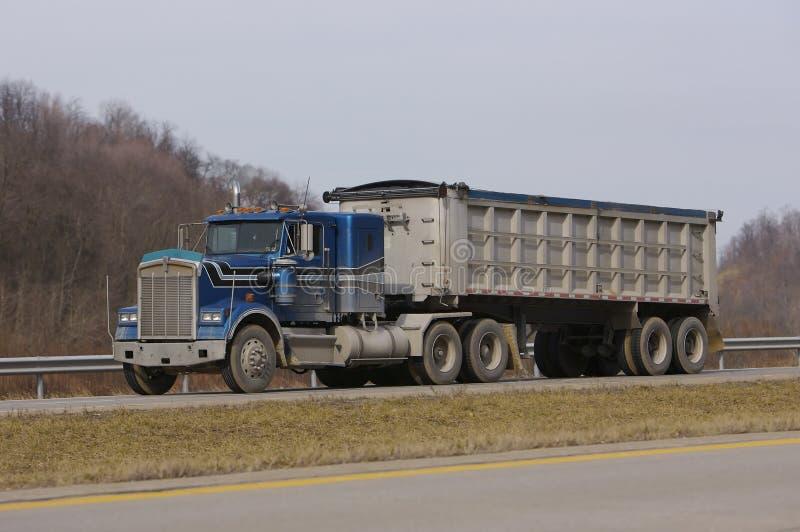 De Vrachtwagen van de Stortplaats van de Aanhangwagen van de tractor stock afbeelding
