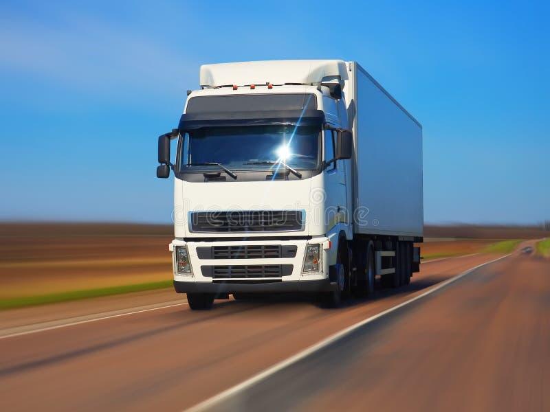 De vrachtwagen van de vracht op de weg royalty-vrije stock fotografie