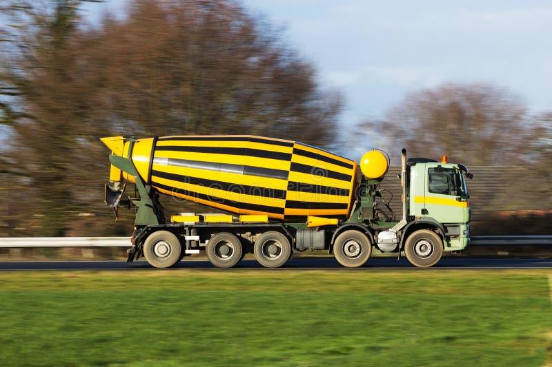 De vrachtwagen van het cement stock foto