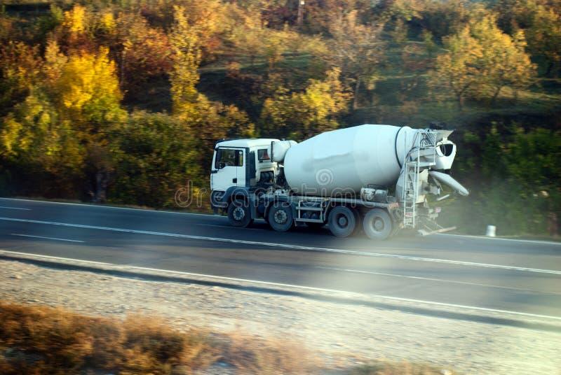 De vrachtwagen van het cement op de manier stock afbeeldingen