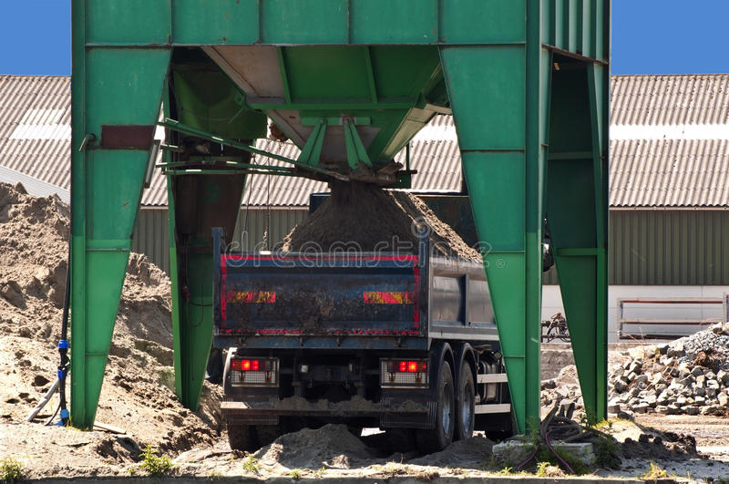 de-vrachtwagen-van-het-zand-die-met-zand-van-een-silo-wordt-gevuld-19766521.jpg