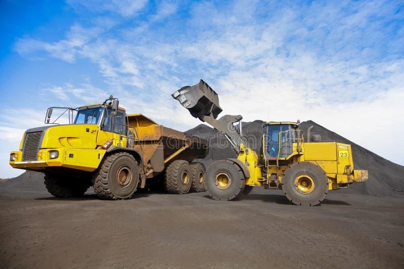 De Vrachtwagen van de mijnbouwstortplaats en wiellader voor het vervoeren van Mangaan FO stock foto's