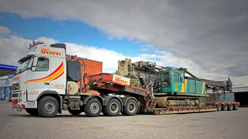 De Vrachtwagen van Volvo FH16 vervoert Heiblok op de Dubbele Aanhangwagen van het Dalingsdek royalty-vrije stock foto's