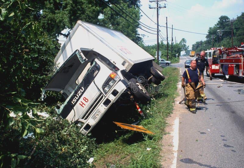 De vrachtwagen vloeide de weg weg stock fotografie