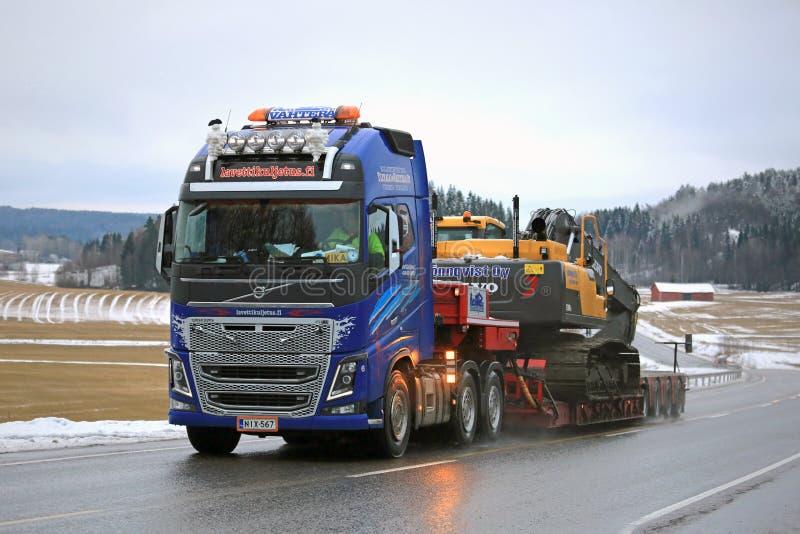 De Vrachtwagen Zware Afstand van Volvo FH16 600 langs Weg royalty-vrije stock afbeelding