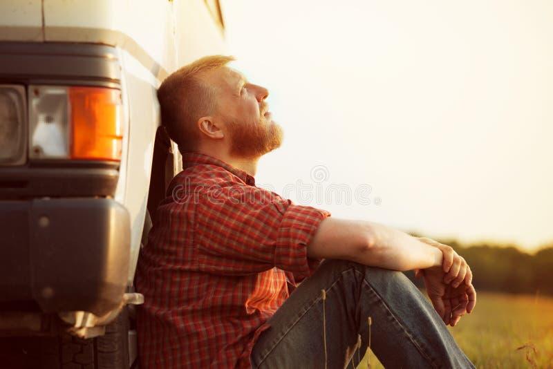 De vrachtwagenchauffeur neemt een onderbreking van het werk stock fotografie