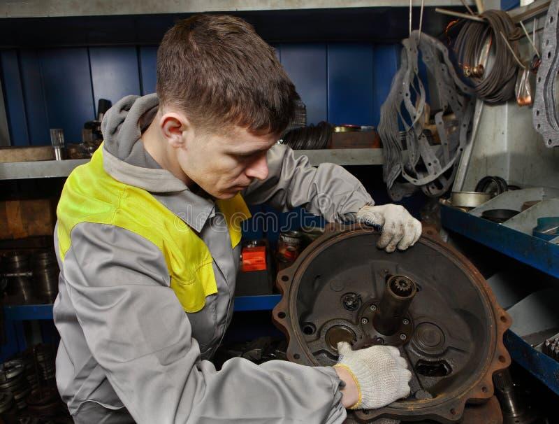 De vrachtwagenladers van de reparatieworkshop, auto mechanische het opzetten motormoto royalty-vrije stock foto