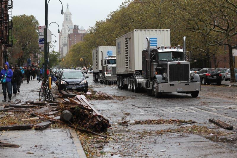 De Vrachtwagens die van ConEdison NYC na Orkaan voeren stock foto