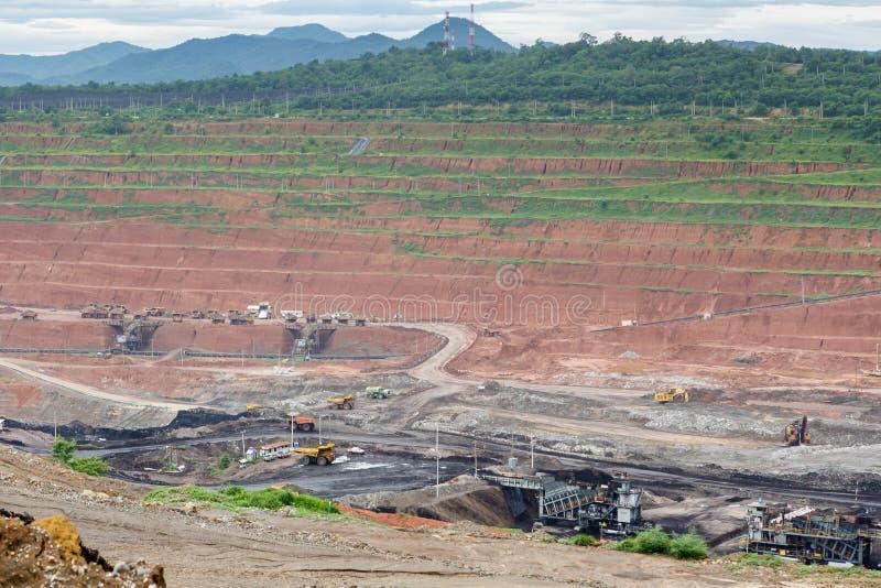 De vrachtwagens die van de mijnbouwstortplaats in Bruinkoolkoolmijn werken stock afbeelding