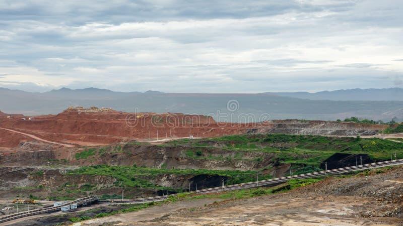 De vrachtwagens die van de mijnbouwstortplaats in Bruinkoolkoolmijn werken stock foto