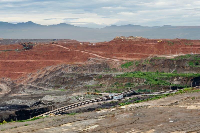 De vrachtwagens die van de mijnbouwstortplaats in Bruinkoolkoolmijn werken stock fotografie