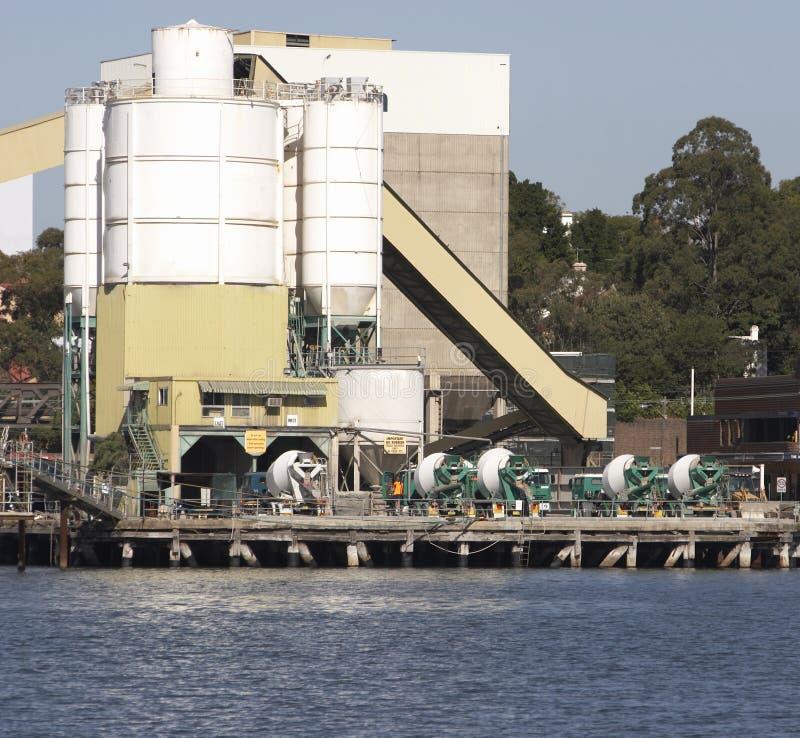 De Vrachtwagens van het cement stock fotografie