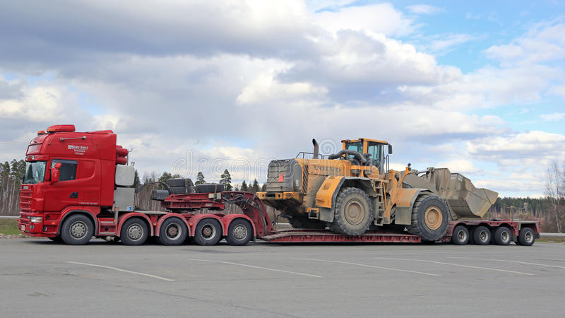 De Vrachtwagentransporten van Scania 164G Semi Wiellader als Overmaatse Lading royalty-vrije stock foto