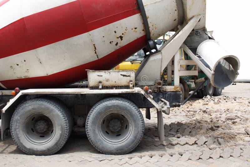 De vrachtwagenvervoer van de cementmixer royalty-vrije stock foto