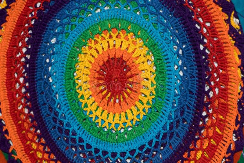 De vrede van de regenboogvlag en het dichte omhooggaande detail van liefdedreamcatcher stock foto