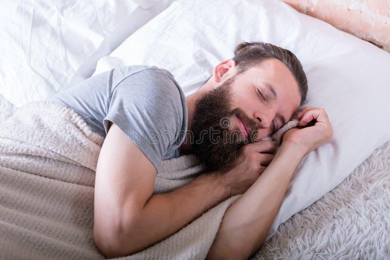 De vreedzame gezonde gelukkige gelaatsuitdrukking van de slaapmens royalty-vrije stock fotografie