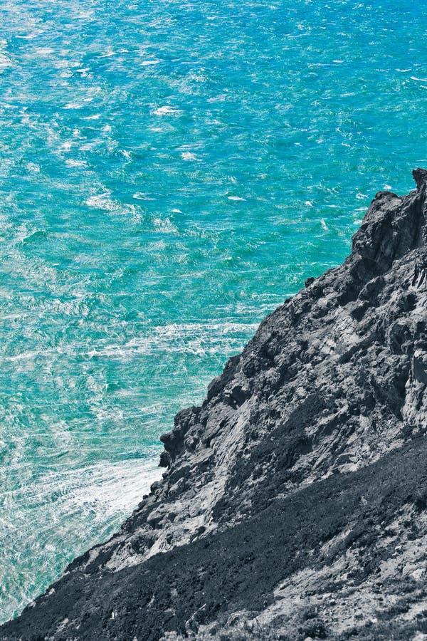 De vreedzame kust schommelt de oceaangolven van de klippenzon stock fotografie