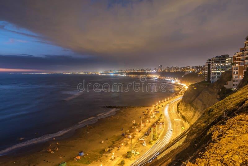 De Vreedzame kust van Miraflores bij nacht in Lima, Peru stock foto