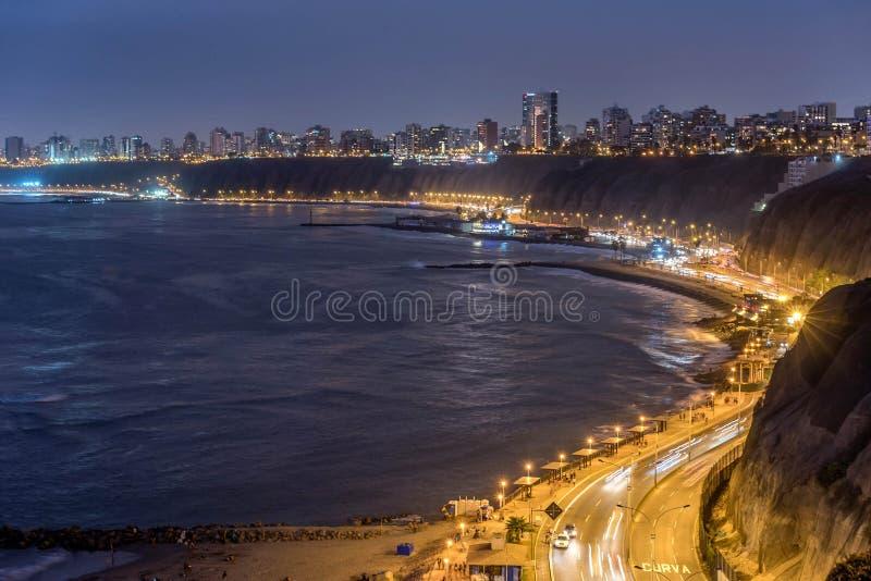 De Vreedzame kust van Miraflores bij nacht in Lima, Peru stock fotografie