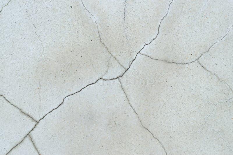 De vreemd barstende concrete achtergrond van de muurtextuur stock foto's