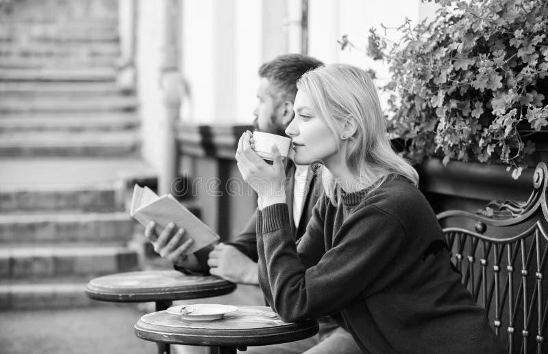 De vreemdelingen ontmoeten geworden kennissen De eerste datum van vergaderingsmensen Paarterras het drinken koffie Toevallig ontm royalty-vrije stock fotografie