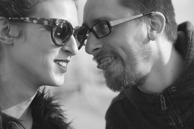 De vriend teasign aan haar meisje maakt tot een pret zwart-witte fotografie stock fotografie