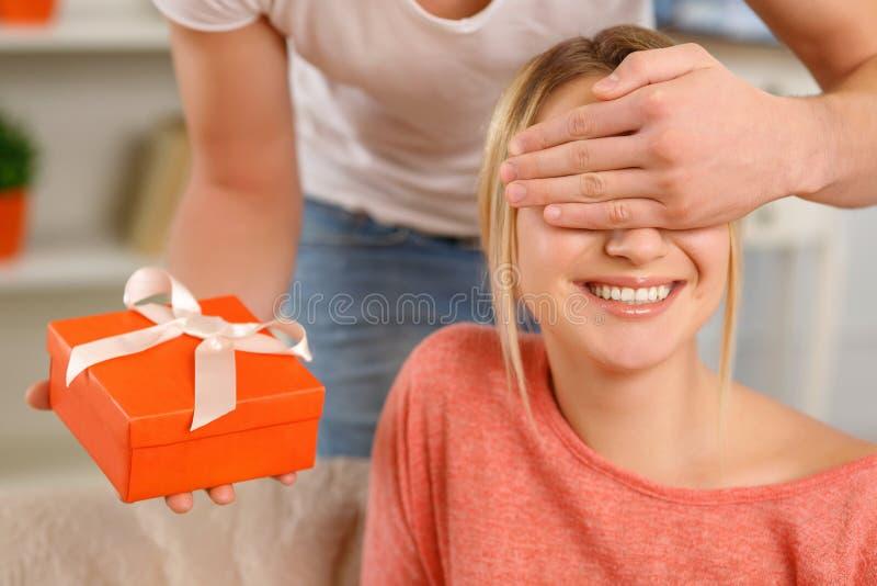 De vriend verrast zijn meisje stock foto
