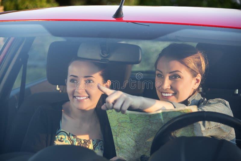 De vrienden in auto genieten weg van reis stock afbeeldingen