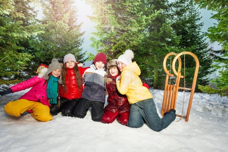 De vrienden in de winter dragen buiten het hebben van gelukkige tijd stock afbeeldingen