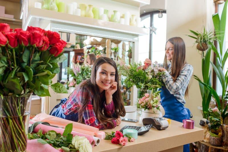 De vrienden die in bloem werken winkelen stock foto