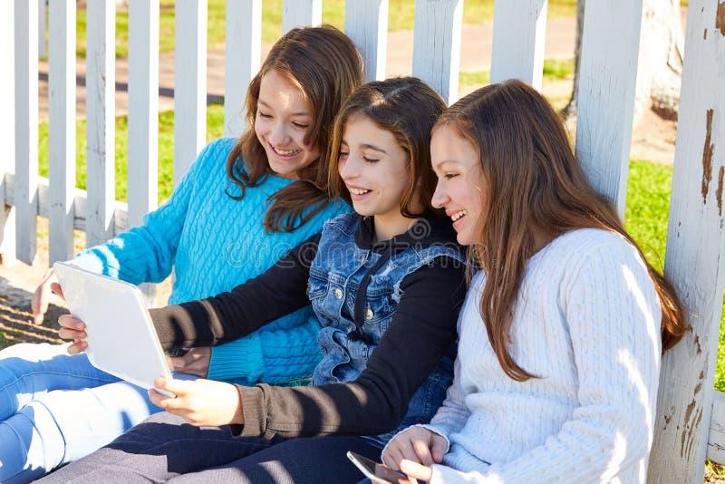 De vrienden die van zustermeisjes pret met technologie hebben royalty-vrije stock afbeelding