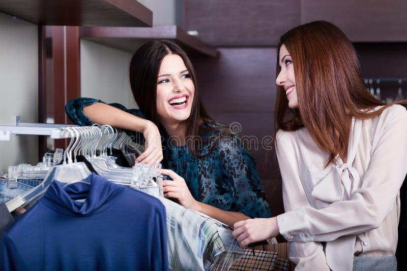 De vrienden doen het winkelen bij de opslag royalty-vrije stock foto
