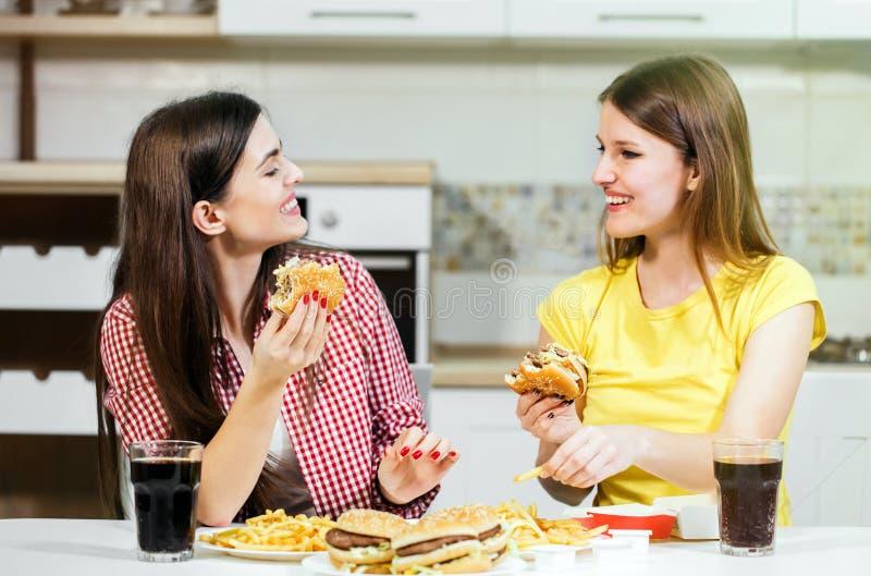 De vrienden eten Snel Voedsel royalty-vrije stock fotografie
