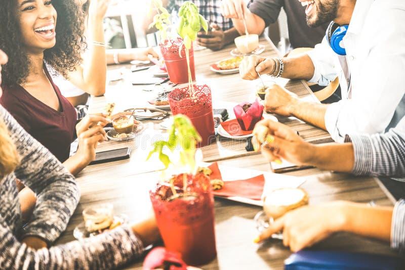 De vrienden groeperen het drinken cappuccino bij koffiebarrestaurant stock afbeelding