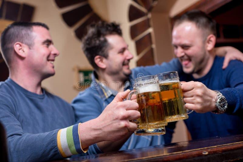 De vrienden hebben goede tijd in bar royalty-vrije stock foto's