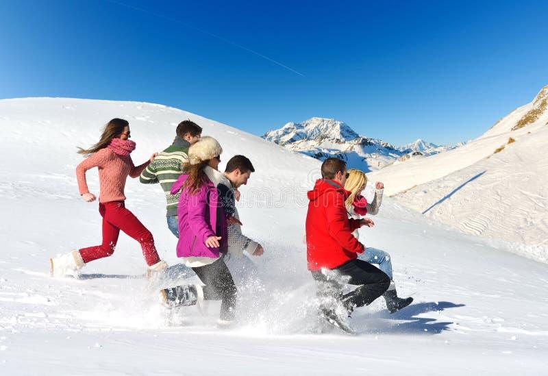 De vrienden hebben pret bij de winter op verse sneeuw royalty-vrije stock foto
