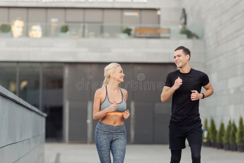 De vrienden heeft lopende training stock foto