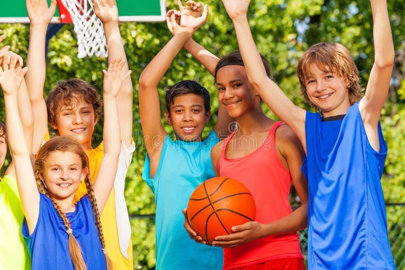 De vrienden houden wapens bij basketbalspel omhoog stock foto