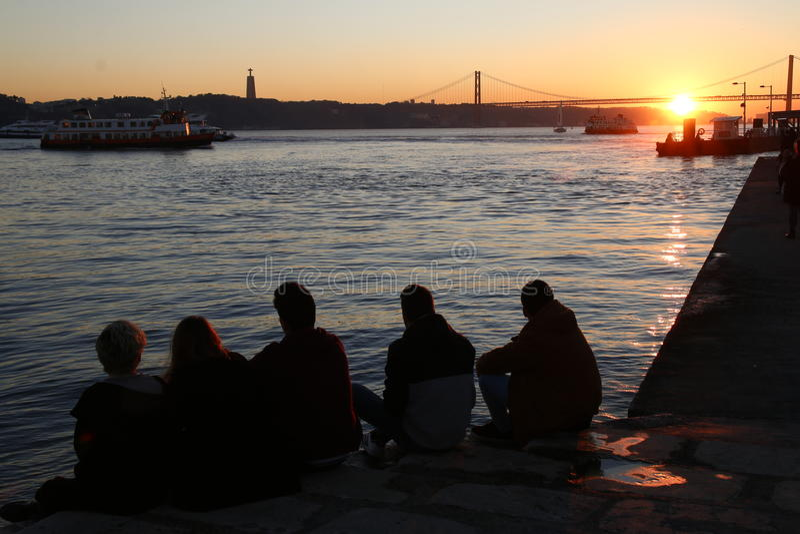 De vrienden letten op de zonsondergang stock fotografie