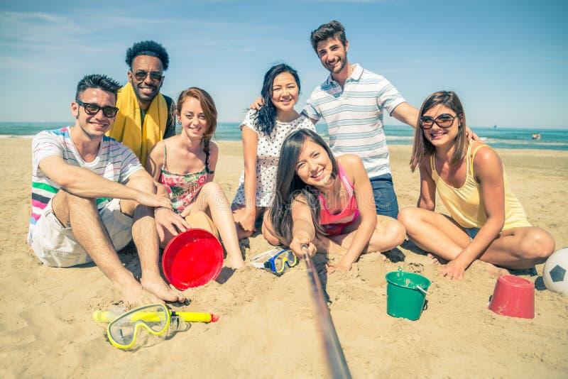 De vrienden met selfie plakken op het strand stock afbeelding