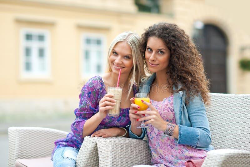 De vrienden van de vrouw bij koffie stock foto