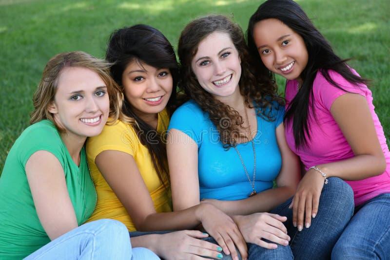 De Vrienden van het meisje in het Park stock afbeeldingen