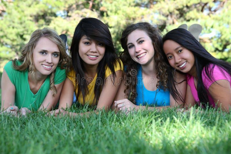 De Vrienden van het meisje in het Park stock fotografie