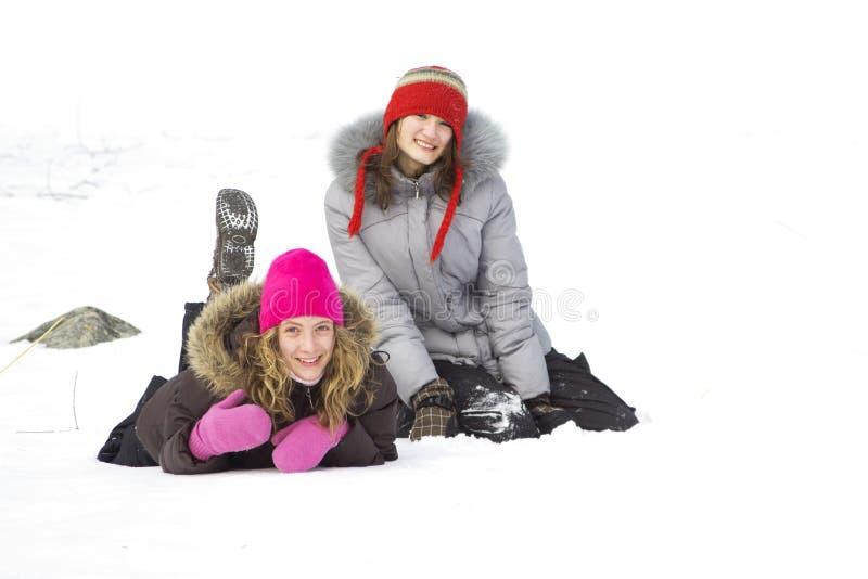 De vrienden van het meisje in sneeuw royalty-vrije stock afbeeldingen