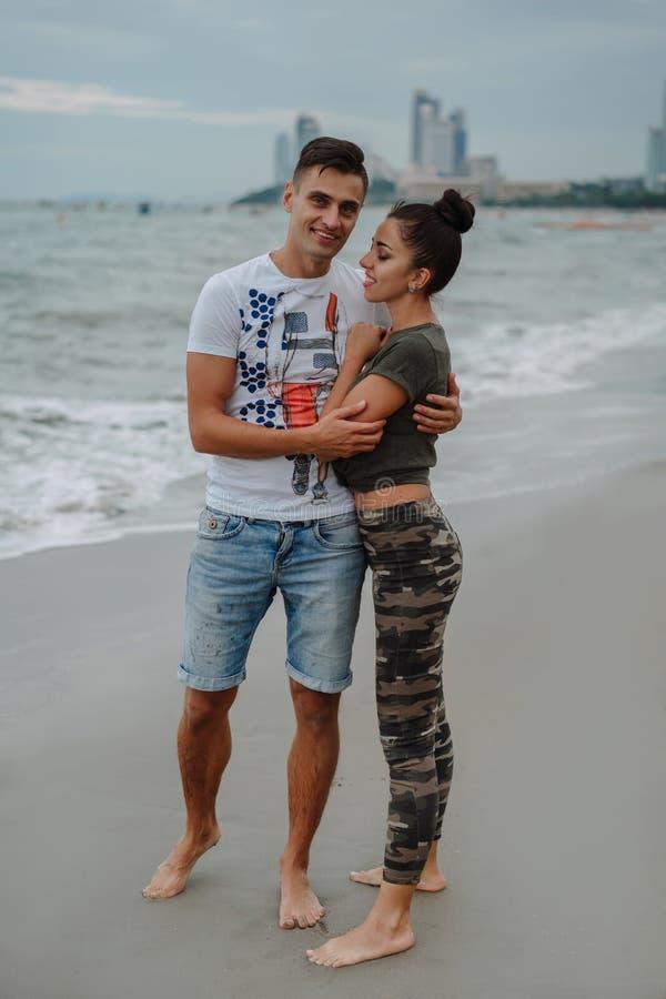 De vrienden of de verwanten rusten op de oceaan Vrolijke kust, mooi, jong, brengt het houdende van paar tijd aan vakantie door Pr stock fotografie