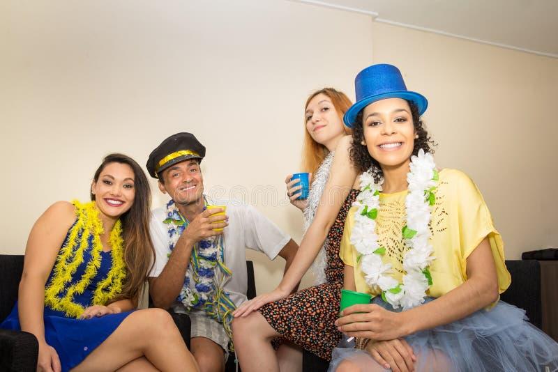 De vrienden zijn bij een partij Het vieren van Braziliaanse Carnaval Reve stock fotografie