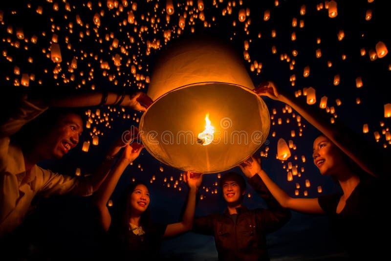 De vriendengroep geniet yeepeng van festival togather in Thailand royalty-vrije stock afbeelding