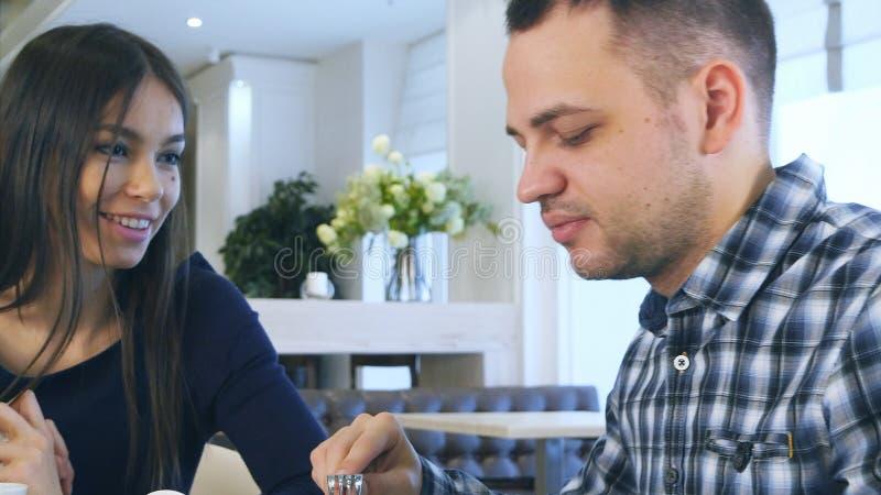 De vriendschappelijke Europese familie heeft een lunchtijd samen in koffie stock foto's