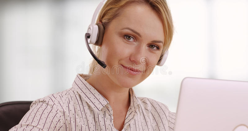 De vriendschappelijke vertegenwoordiger van de klantendienst stock afbeelding