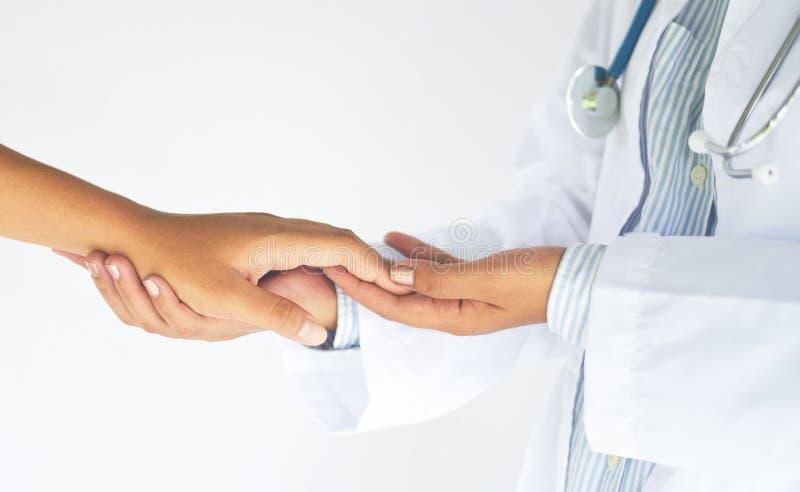 De vriendschappelijke vrouwelijke geneeskunde artsenhanden die vrouwen geduldige hand voor aanmoediging en empathievennootschap h stock foto's